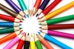 Viele beutzte Buntstifte bedeuten Mehrfarbigkeit